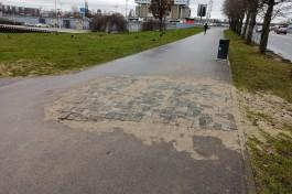 В центре Калининграда часть асфальтовой дорожки заложили тротуарной плиткой