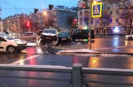 На Ленинском проспекте «Ауди» и «Мерседес» столкнулись на пешеходном переходе и повредили светофор