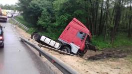 На старой светлогорской трассе образовались огромные пробки из-за ДТП с грузовиком