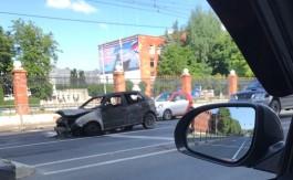 На Советском проспекте в Калининграде на ходу загорелся автомобиль