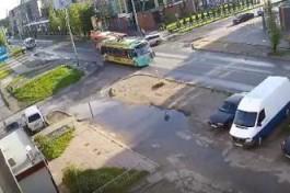 Очевидцы опубликовали видео ДТП автобуса и троллейбуса на улице Громовой в Калининграде