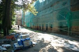«Уникальные фрамуги и сводчатые арки»: подрядчик восстанавливает исторический фасад здания ШИЛИ в Калининграде