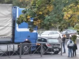 На Московском проспекте в Калининграде столкнулись фура и легковушка: образовалась пробка