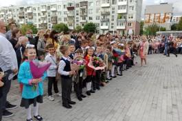«Белый фартук и гладиолусы»: в новой школе на улице Артиллерийской прошла первая линейка