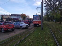На улице Яналова неправильно припаркованная машина ВАИ заблокировала движение трамваев
