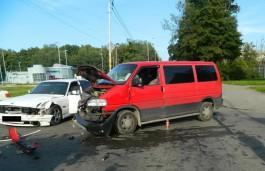В Калининграде микроавтобус протаранил БМВ: пострадал мужчина