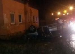 На трассе Калининград — Черняховск автомобиль протаранил металлический забор и перевернулся