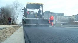При строительстве дороги на Сельме в Калининграде укладывают асфальт с нанодобавками