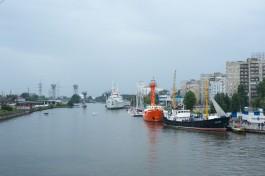 Ночью на набережной у Музея Мирового океана в Калининграде сгорело судно