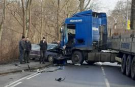 На улице Дзержинского в Калининграде столкнулись грузовик и легковушка: образовалась пробка