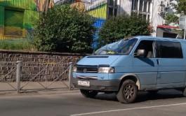 На улице Озерова в Калининграде дерево упало на микроавтобус
