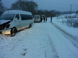 В Гвардейском округе пассажирский микроавтобус врезался в дерево: четверо пострадали