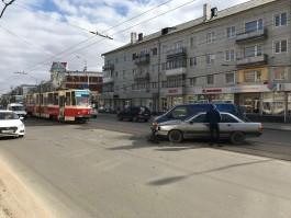 На трамвайных путях в центре Калининграда столкнулись два автомобиля