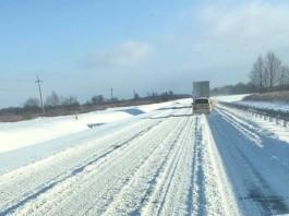Во время утреннего снегопада на уборке дорог в Калининградской области работало 122 единицы техники