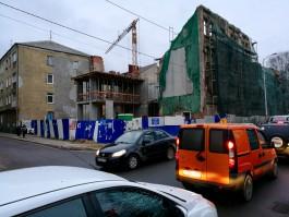 «Продолжаем укреплять»: рядом с Кройц-аптекой в Калининграде появилось двухэтажное строение