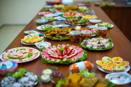 СМИ: Средняя цена продуктов на новогоднем столе в России составляет 295 рублей на человека