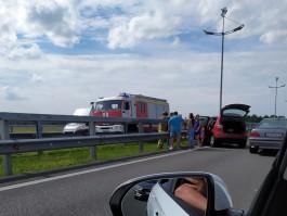 На Приморском кольце автомобиль врезался в отбойник: образовалась пробка