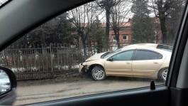 На улице Буткова в Калининграде автомобиль врезался в металлический забор