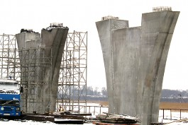 В Калининграде устанавливают опоры уникального 100-метрового моста