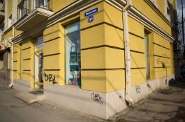 «Граффити на марафете»: как вандалы уродуют фасады домов на Ленинском проспекте в Калининграде
