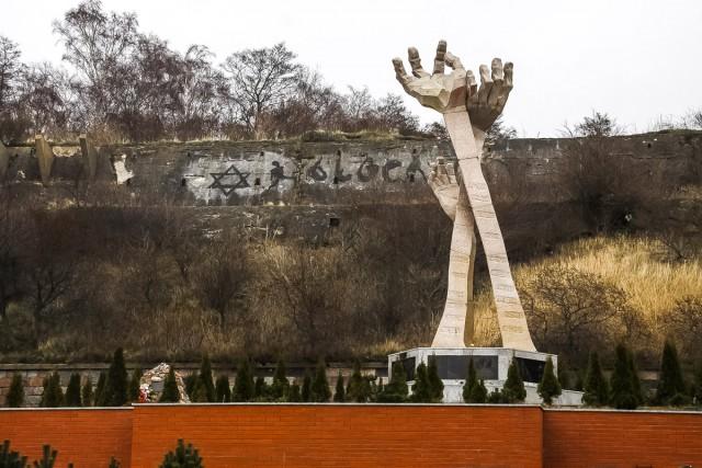«Застроить склон»: архитекторы представили многоуровневый апарт-отель у памятника жертвам Холокоста в Янтарном