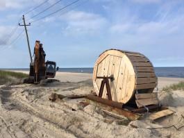 На пляже в Янтарном начали убирать опоры ЛЭП
