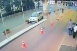 В центре Калининграда пьяный водитель снёс две клумбы возле входа в гостиницу