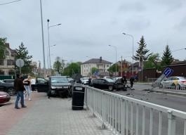 На улице Гагарина в Калининграде после столкновения машина вылетела на тротуар