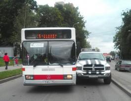 Из-за ДТП с участием внедорожника и автобуса перекрыто движение по ул. Гагарина в Калининграде