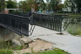 «Развалилось в одночасье»: на озере Поплавок в Калининграде разрушаются пешеходные дорожки