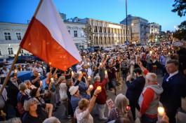 Тысячи поляков зажгли свечи на акциях протеста против судебной реформы
