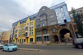 «Фронтоны, черепица и старинные арки»: в Калининграде полностью открыли фасад Кройц-аптеки