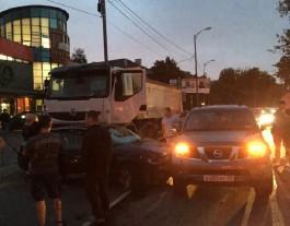 Очевидцы: На улице Невского возле «Авроры» произошло ДТП с участием пяти автомобилей