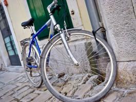 На улице Ялтинской в Калининграде велосипедист врезался в остановившийся «Мерседес»