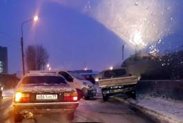 В Калининграде произошло несколько аварий: водители предупреждают о гололедице