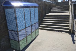 На пляже в Зеленоградске установили камеры хранения