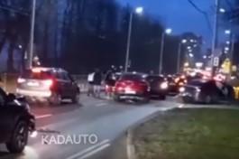 Очевидцы: На Горького в Калининграде столкнулись шесть машин, образовалась огромная пробка