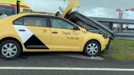 На трассе в районе «Храброво» машина такси врезалась в отбойник