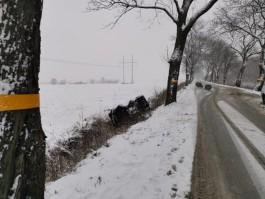В Зеленоградском округе «Рено» врезался в дерево и опрокинулся: водитель погиб