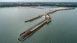 «Без денег и рабочего проекта»: что происходит со строительством порта в Пионерском за день до окончания контракта