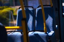 УМВД: В Калининграде безбилетный пассажир напал на кондуктора и разбил лобовое стекло в автобусе