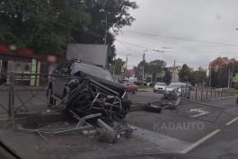 На Советском проспекте в Калининграде автомобиль снёс разделительное ограждение