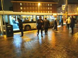 В Калининграде автобусы высаживают пассажиров прямо на пешеходном переходе