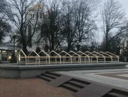На площади Победы в Калининграде для ремонта фонтанов соорудили специальные навесы