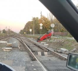 В Озерках поезд протаранил легковой автомобиль
