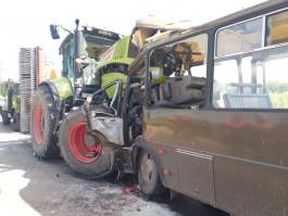 В Неманском округе лоб в лоб столкнулись трактор и военный автобус: пострадали шесть человек
