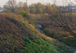 На улице Узловой в Калининграде машина вылетела в кювет