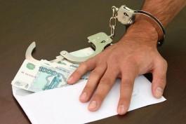 СК: Майор полиции получил взятку от иностранца, который находился в регионе незаконно