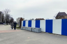В Калининграде огораживают территорию под строительство торгового центра в Озёрном проезде