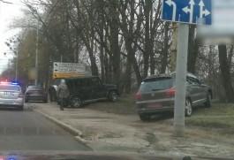 В Калининграде внедорожник въехал в дерево после столкновения с легковушкой